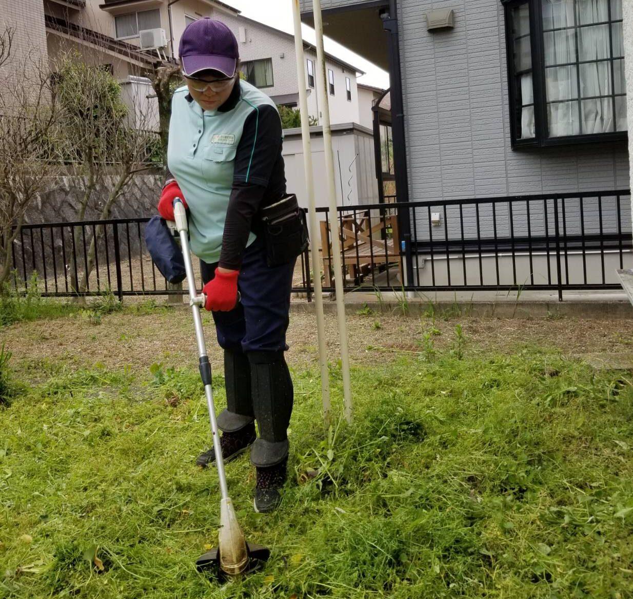 名古屋市名東区の空き家管理 草刈り 作業の様子