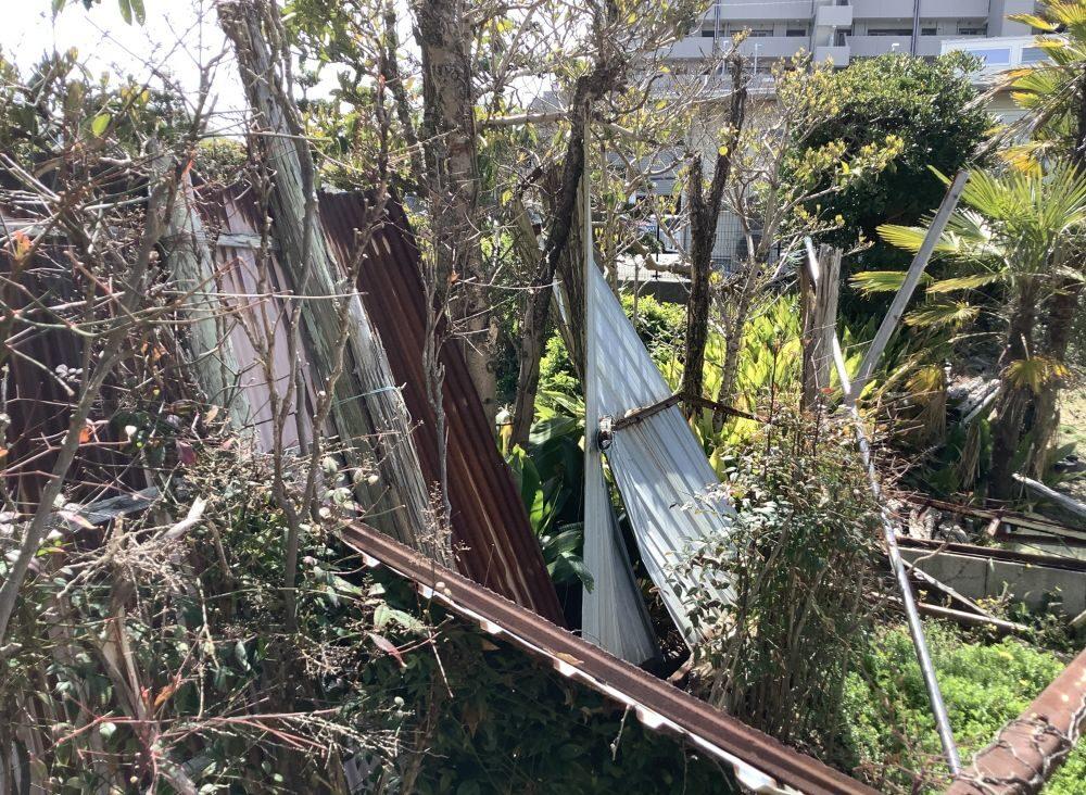 崩れていたトタン小屋 (3)