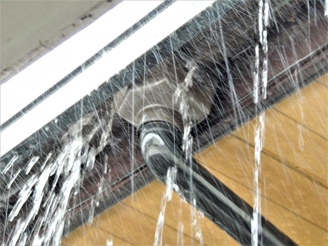 雨樋(雨どい)から水が溢れた画像